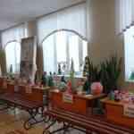 Новогодняя выставка «Мастерская Деда Мороза» проходит в фойе школы