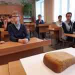 В школе состоялась памятная акция «Блокадный хлеб»